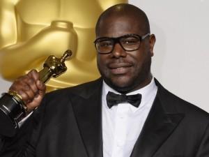 """Il regista Steve McQueen con l'Oscar per """"12 Anni Schiavo"""" (ANSA)"""