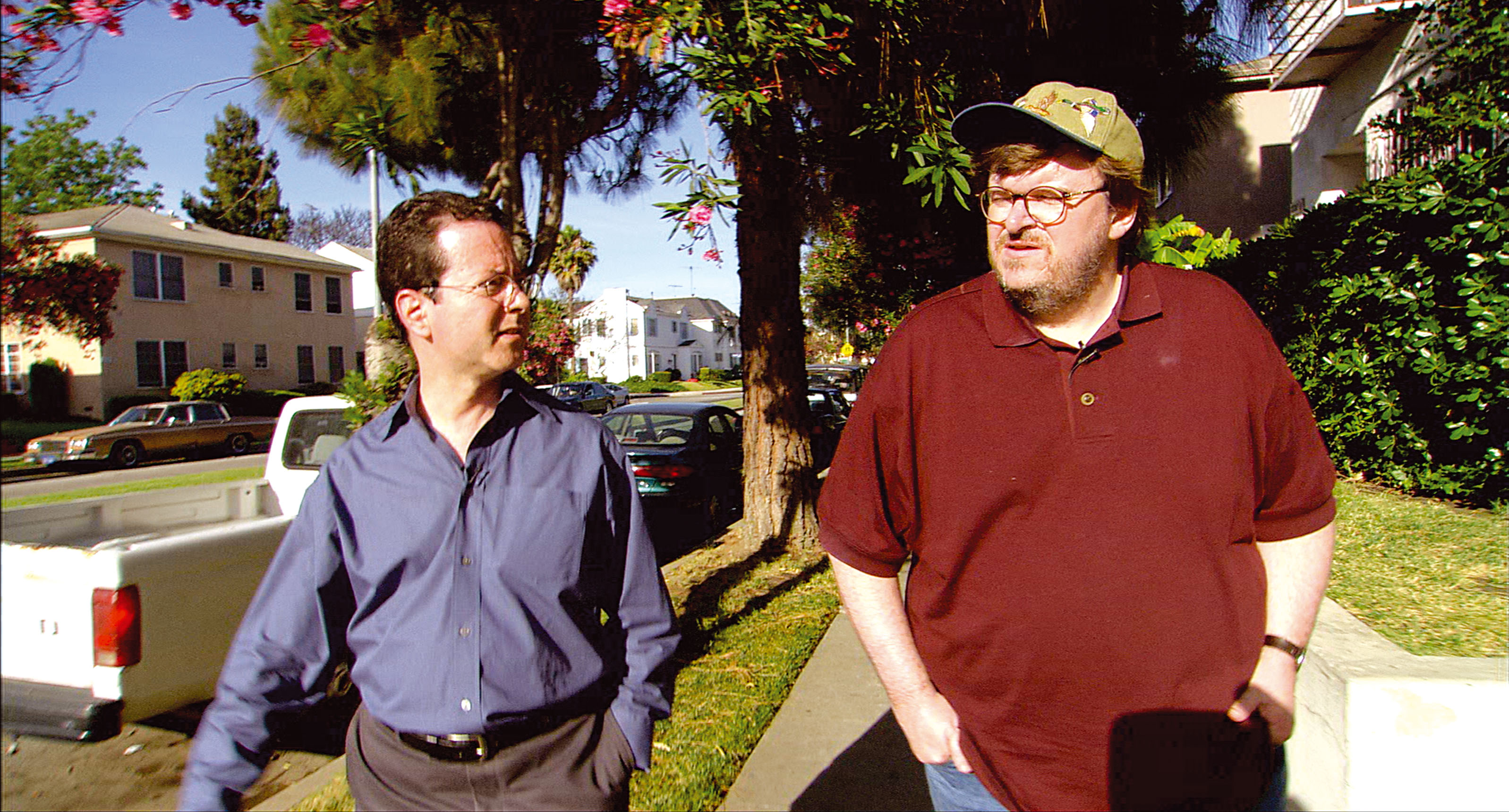 """Il regista Michael Moore, durante le riprese del documentario """"Bowling a Columbine"""" (2002)"""