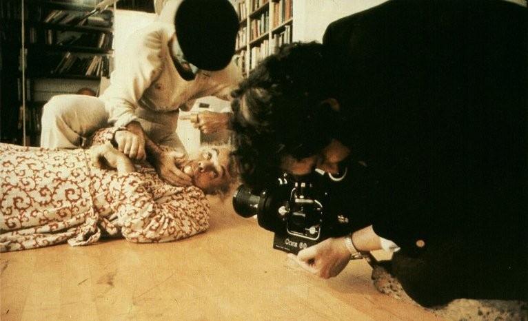 Kubrick mentre filma la sequenza dell'incursione a casa dello scrittore