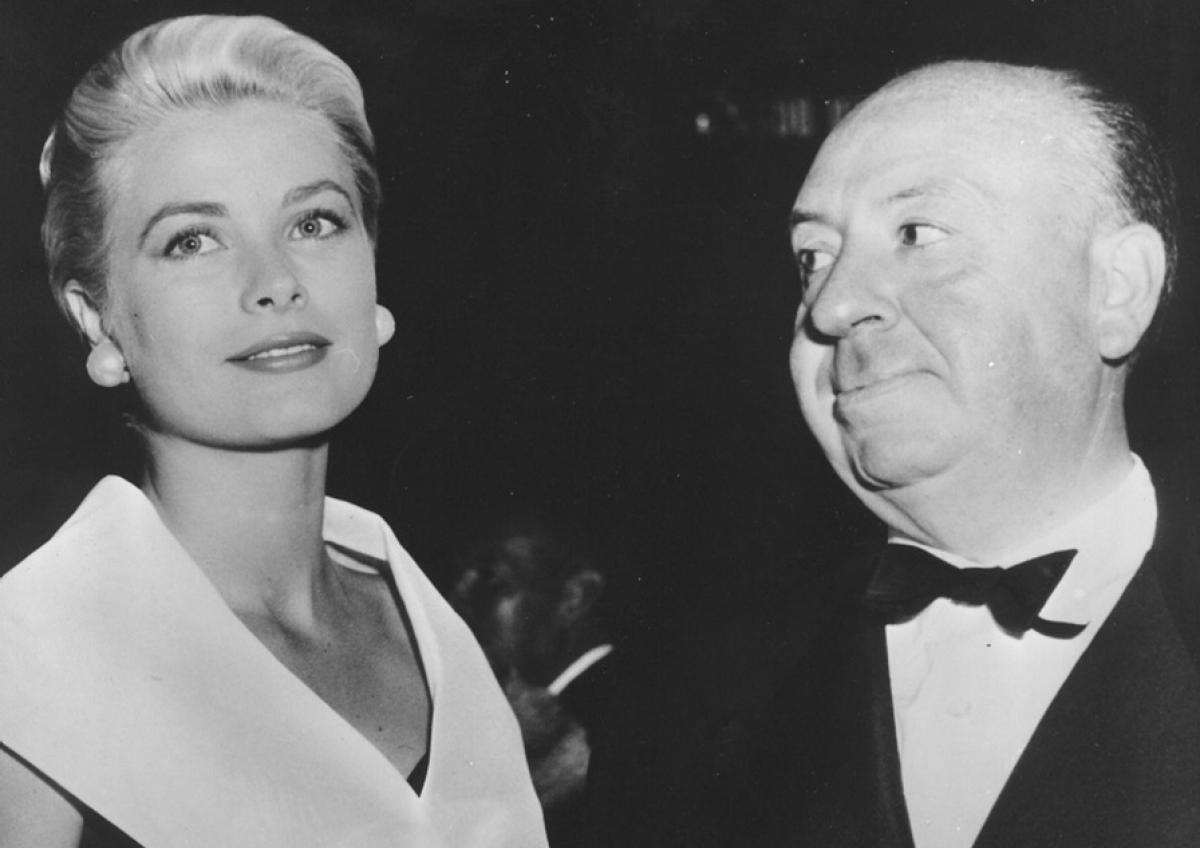 Alfred Hitchcock guarda estasiato la sua musa