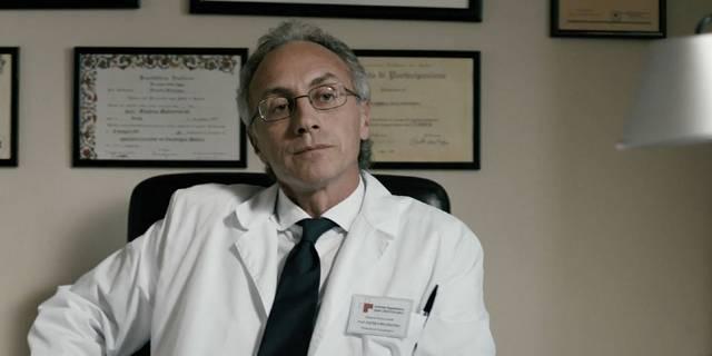 """Travaglio nei panni del Professor Malinverni ne """"Il Venditore di Medicine"""" (2013)"""