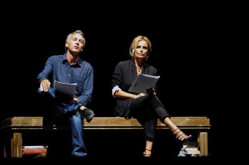Isabella Ferrari in scena sul palco con Marco Travaglio