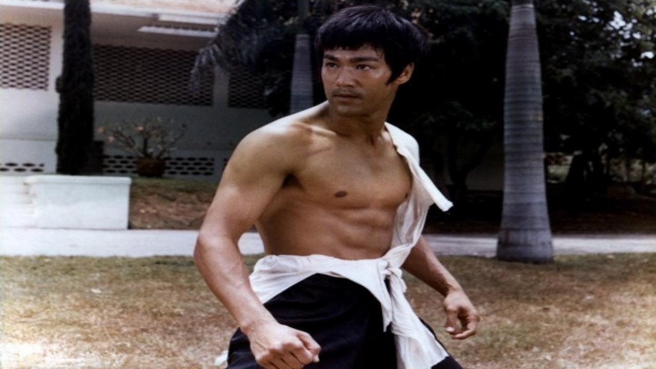 """Bruce Lee nel suo primo film da protagonista """"Il Furore della Cina Colpisce Ancora"""" (1971)"""