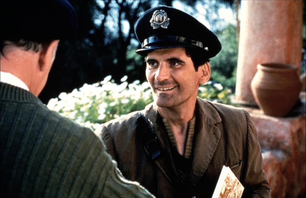 """Massimo Troisi ne """"Il Postino"""", suo film d'addio (1994)"""