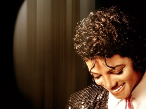michael-jackson-sorrindo-wallpaper-5122