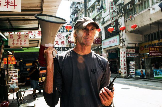 Il regista Michael Bay durante le riprese a Hong Kong