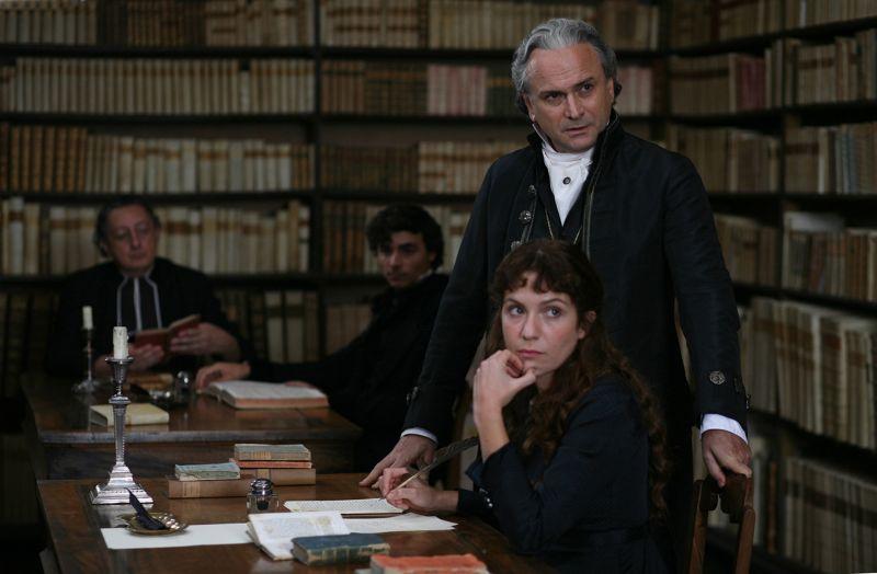 Massimo Popolizio (Monaldo Leopardi) e Isabella Ragonese (Paolina Leopardi); sullo sfondo Sandro Lombardi (Don Vincenzo) e Edoardo Natoli (Carlo Leopardi)