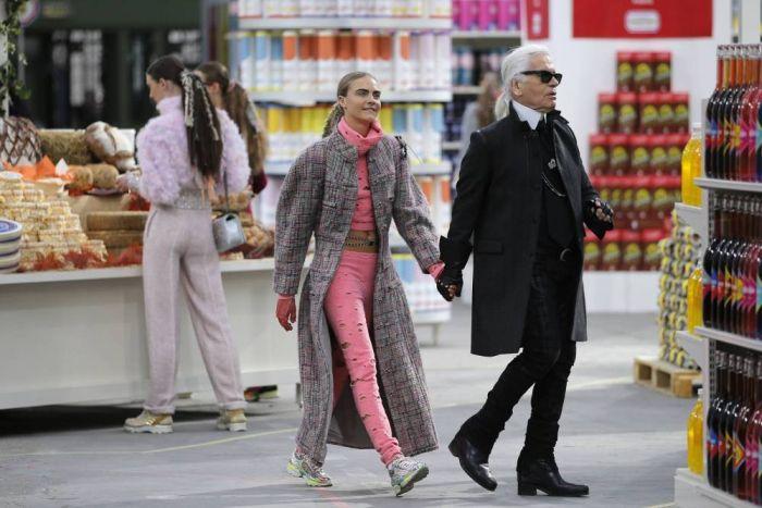 Presa per mano da Karl Lagerfeld