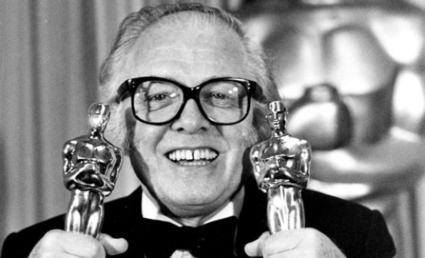 "Richard Attenborough con i due Oscar per ""Gandhi"""