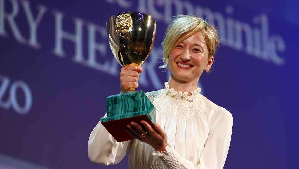 Alba Rohrwacher con la Coppa Volpi
