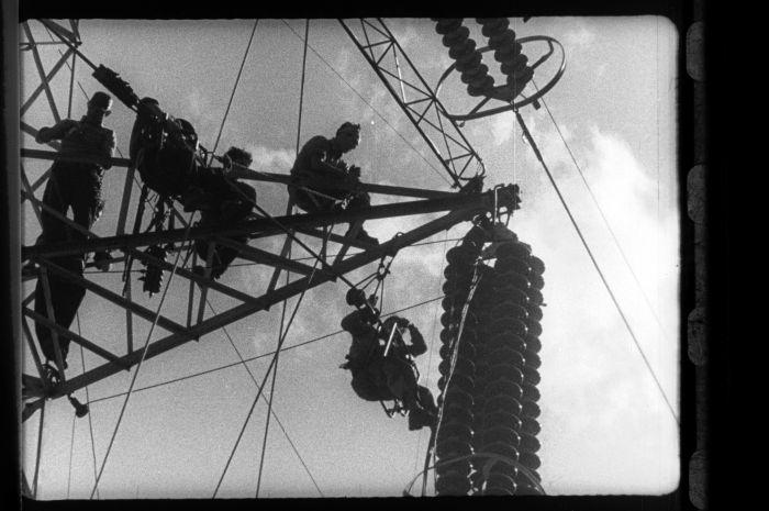 """Da """"Marinai d'alta montagna"""" di Gip Tortorella. La costruzione di una diga sul ghiacciaio Sabbione nel 1952 (Fotogramma dall'Archivio Nazionale Cinema d'Impresa)"""