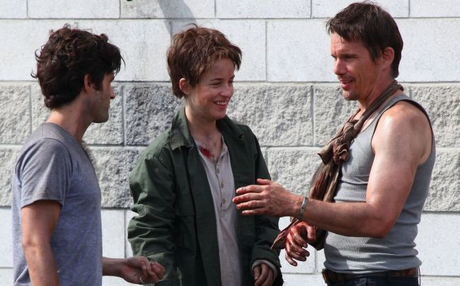 Dakota Johnson, Penn Badgley e Ethan Hawke sul set