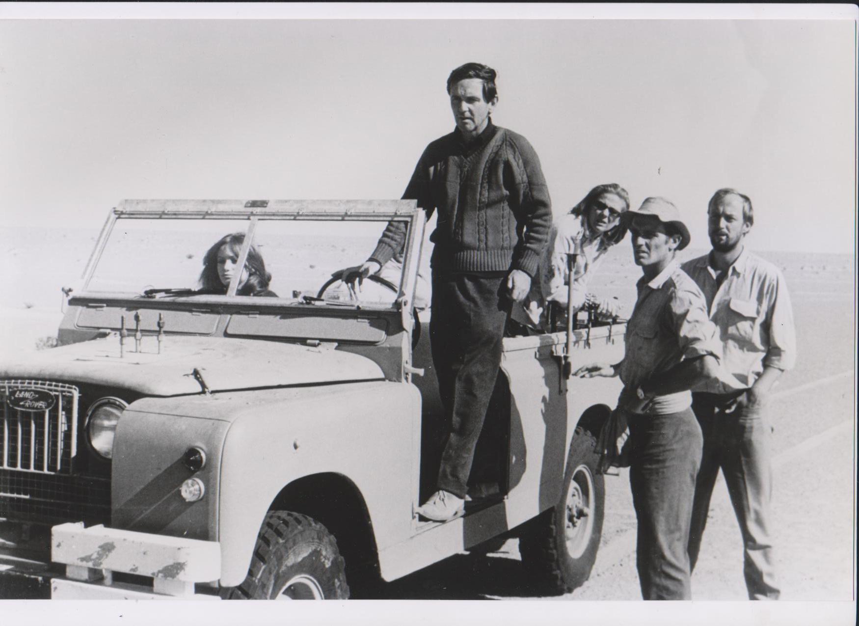 """Da sinistra: Delia Boccardo, Paolo Cavara, Luciana Angelillo, Philippe Leroy e Lars Bloch, durante le riprese di """"Occhio selvaggio"""" nel deserto di Algeria (Foto Esclusiva dall'Archivio Cavara)"""