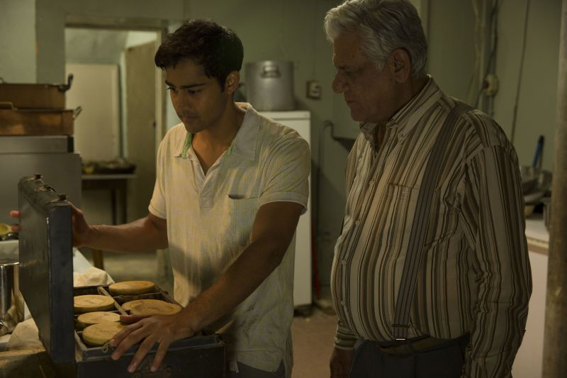 Om Puri e Manish Dayal