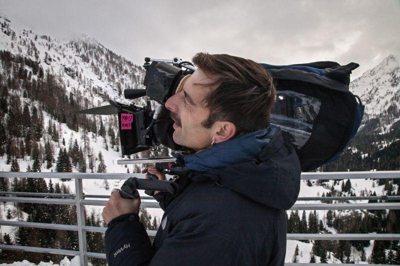 Il regista Claudio Noce durante le riprese del film
