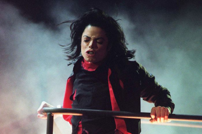 Michael Jackson in concerto a Londra nel febbraio 1996 (Foto Dave M. Bennet/Getty Images)