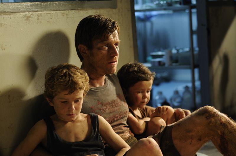 Ewan McGregor nella parte del padre con due dei tre figli