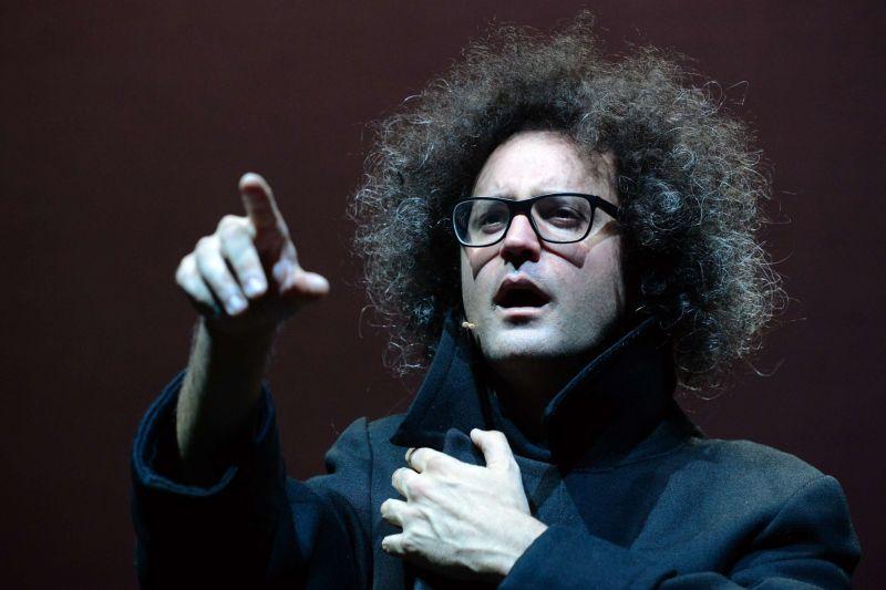Simone Cristicchi recita in teatro