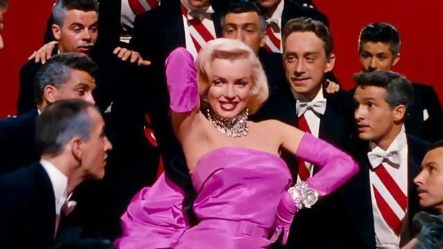 """Nel celebre """"Gli Uomini Preferiscono le Bionde"""" diretto da Howard Hawks (1953)"""