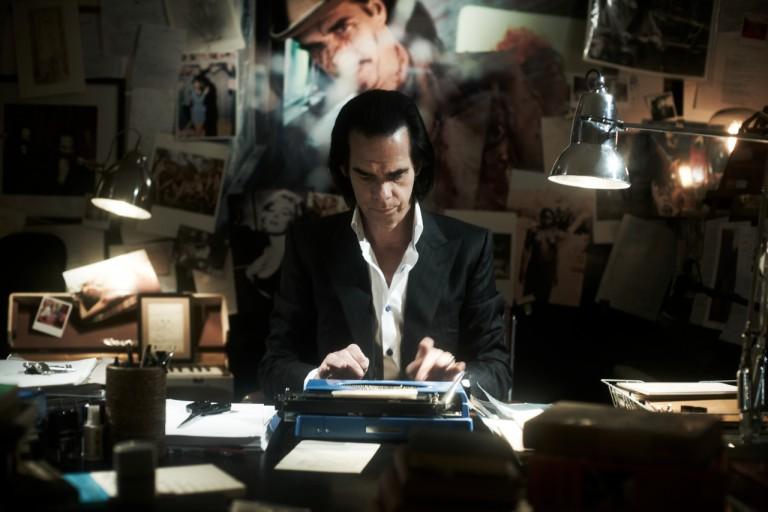 Nick Cave in fase creativa alla sua scrivania