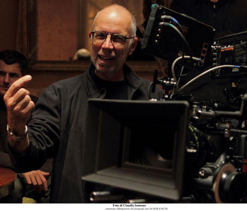 Gabriele Salvatores ride durante le riprese del film