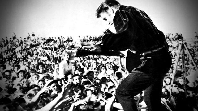 Elvis durante un concerto