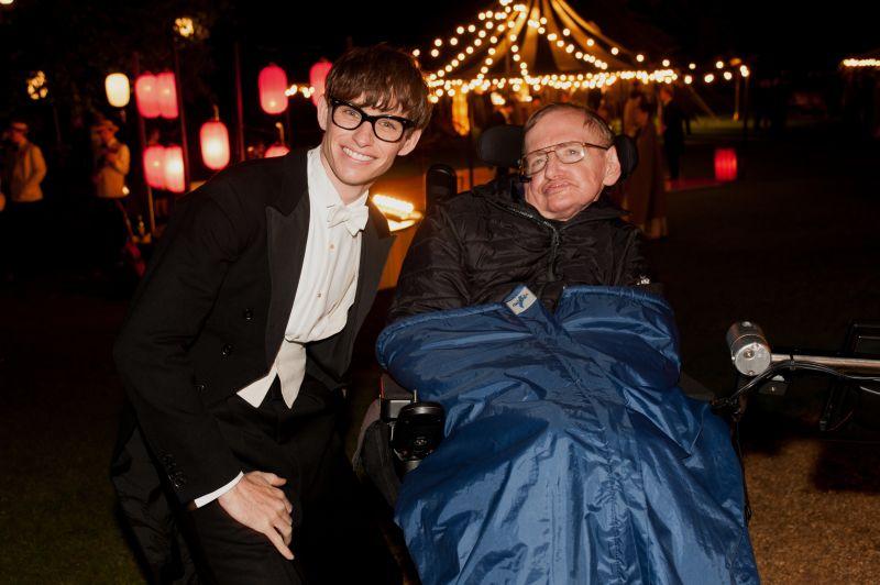 Redmayne con Stephen Hawking