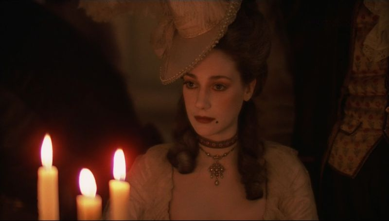 Marisa Berenson illuminata dalle candele