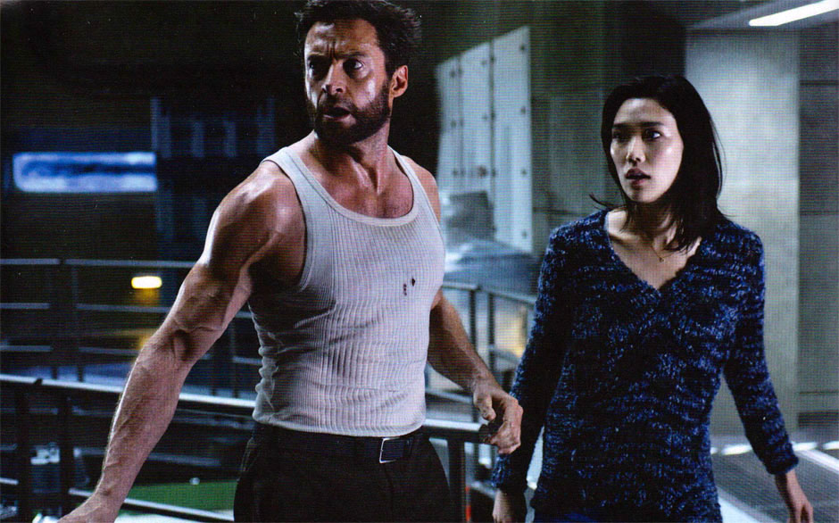 "Tao Okamoto con Hugh Jackman in ""The Wolverine"""