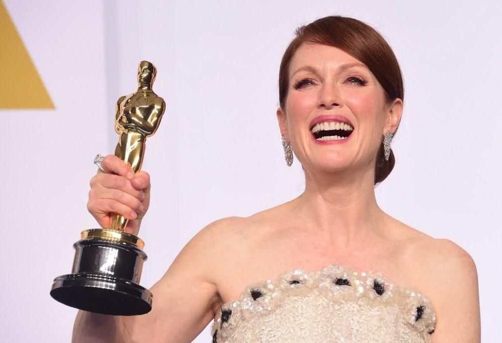 Una sorridente Julianne Moore con l'Oscar come Miglior Attrice