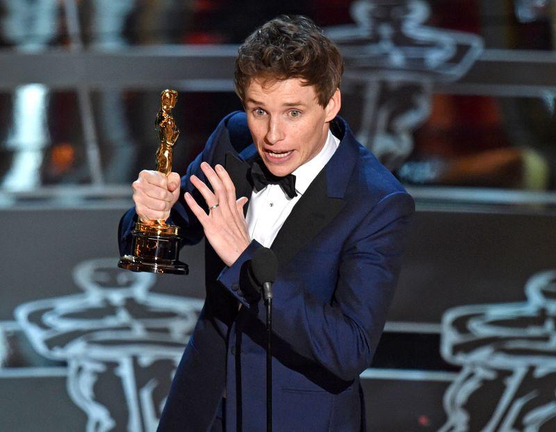 Un emozionato Eddie Redmayne con l'Oscar