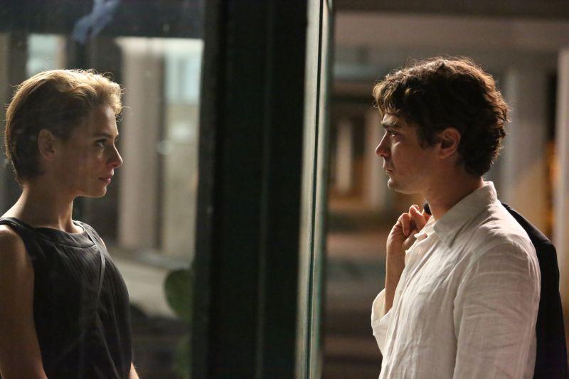"""Un vetro tra Jasmine Trinca e Riccardo Scamarcio in """"Nessuno Si Salva Da Solo"""""""