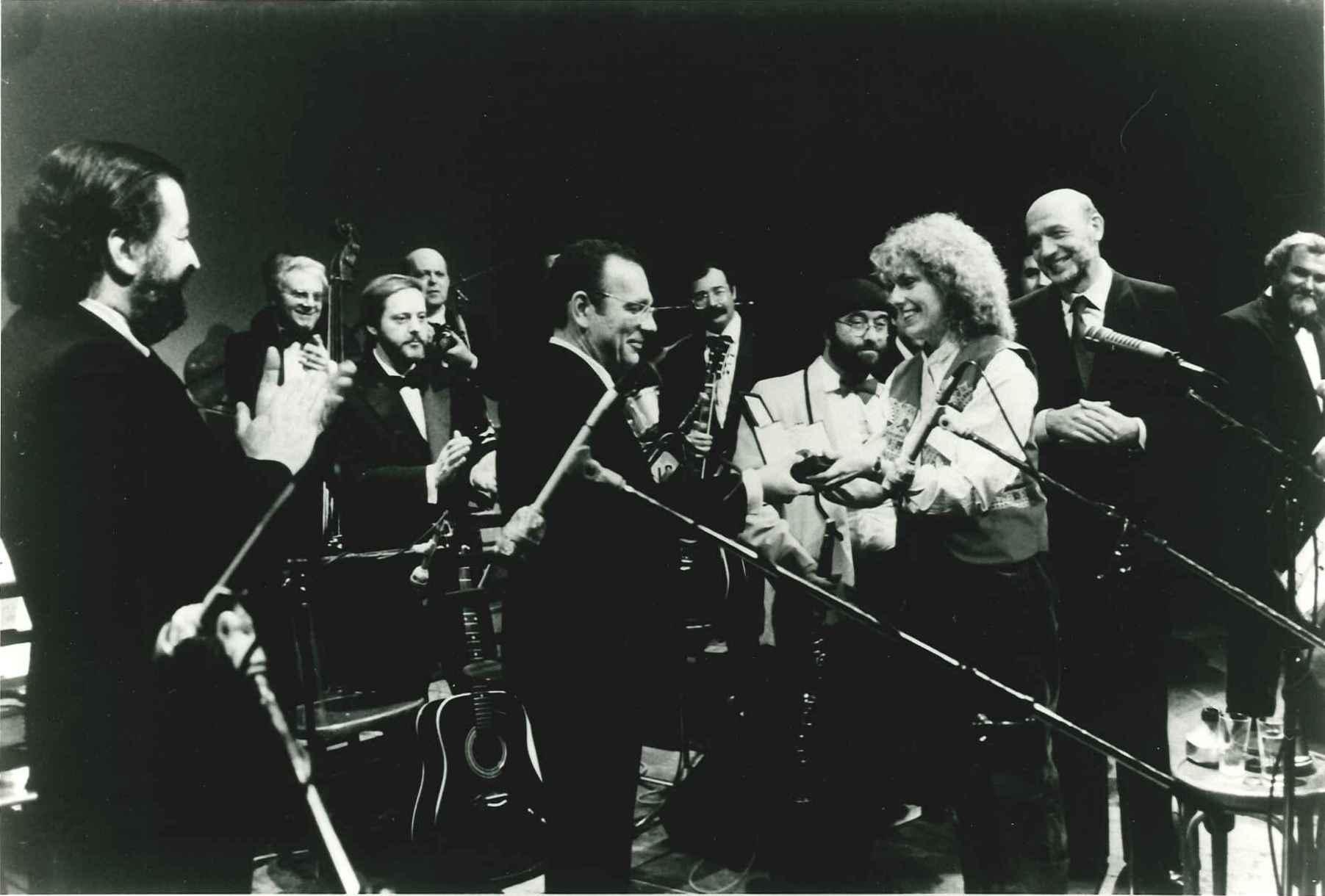 """Bologna, 5 marzo 1983, consegna del """"Nettuno d'oro"""" alla Band per il trentennale: il primo a sinistra è Pupi Avati"""