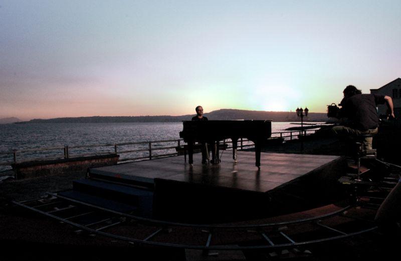 Lucio Dalla suona il pianoforte