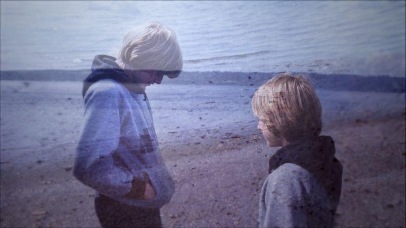 Un tredicenne Kurt Cobain su una spiaggia di Washington