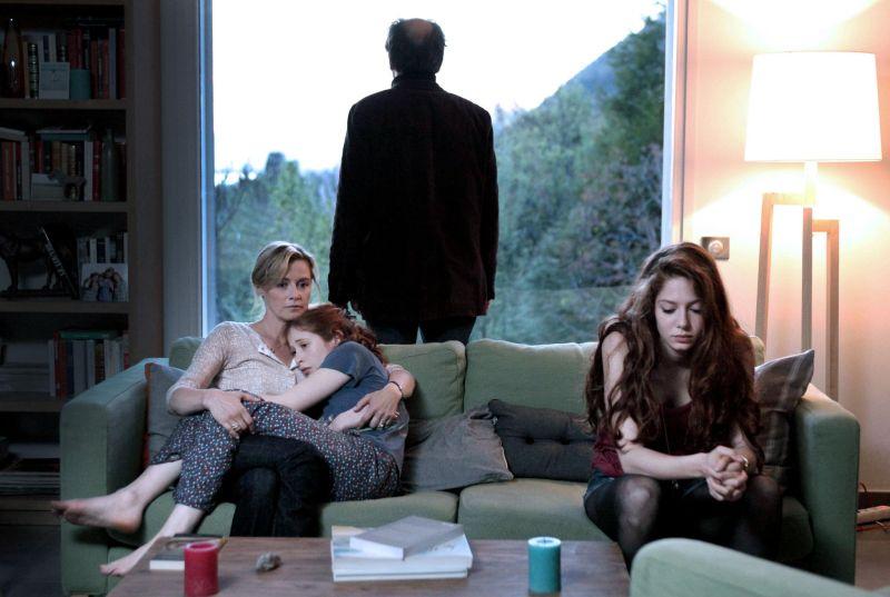laeffe_Les Revenants_ Anne Consigny (Claire), Yara Pilartz (Camille) Frédéric Pierrot (Jérôme), Jenna Thiam (Lena)