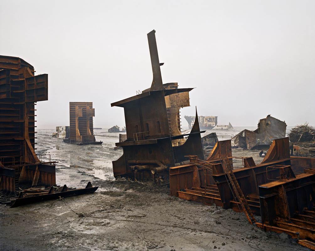 Edward Burtynsky Shipbreaking #10, Chittagong, Bangladesh, 2000 Demolizione di navi #10 Digital C-print 157,5 ×132CM © Edward Burtynsky, courtesy Nicholas Metivier Gallery, Toronto/Gallerie Springer, Berlin
