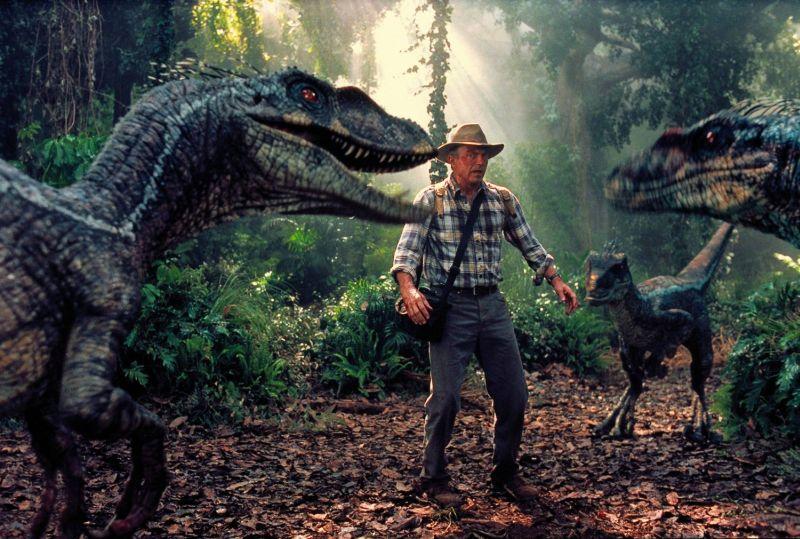 """Sam Neill circondato dai Raptor in """"Jurassic Park III"""""""