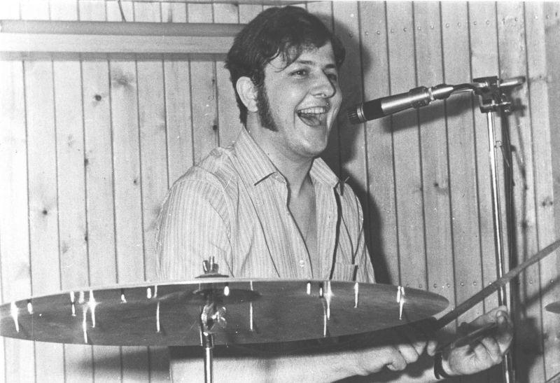 Un giovane Massimo Boldi alla batteria