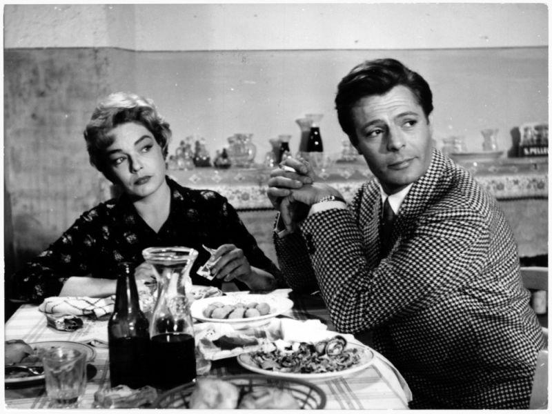 """Signoret e Mastroianni a tavola in """"Adua e le Compagne"""" (foto di Angelo Pennoni)"""
