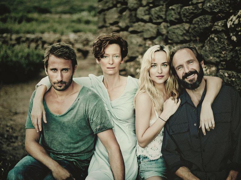 """Il cast di """"A Bigger Splash"""": Matthias Schoenaerts, Tilda Swinton, Dakota Johnson, Ralph Fiennes (foto di Paolo Roversi)"""