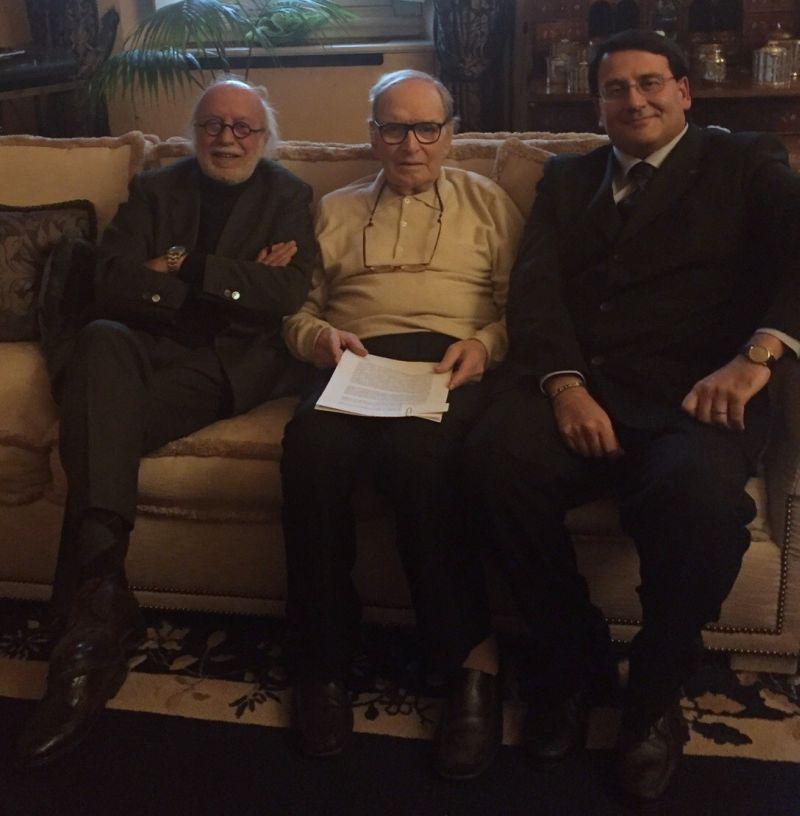 Ennio Morricone tra Adriano Pintaldi (a sin.) e Gianluca Nardulli (a des.) - XX° Roma Film Festival 2015 (Fotografia di A. Pintaldi e G. Nardulli per Roma Film Festival)