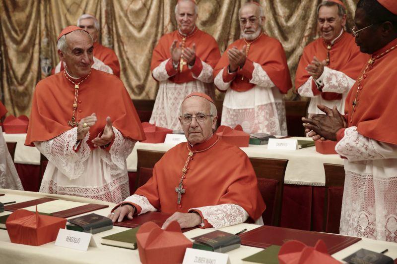 Sergio Hernandez è Bergoglio quando diventa Papa Francesco (foto Angelo Di Pietro)