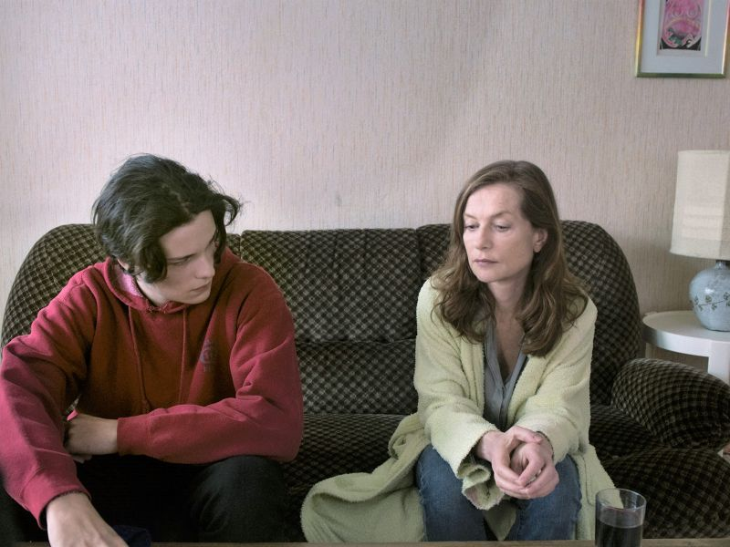 Jules Benchetrit e Isabelle Huppert (© 2015 La Camera Deluxe - Maje Productions - Single Man Productions - Jack Stern Productions - Emotions Films UK - Movie Pictures - Film Factory)