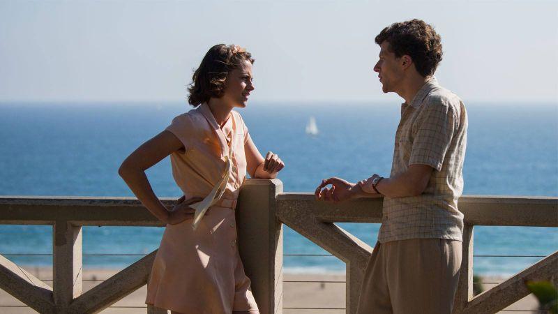 "Kristen Stewart e Jesse Eisenberg in ""Café Society"""