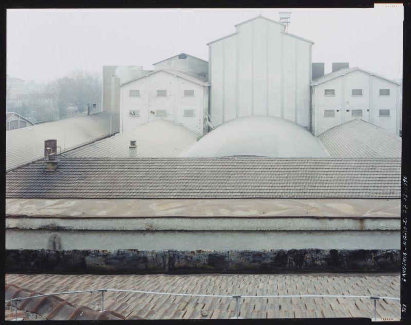 Guido Guidi, La fabbrica, dalla serie Gardenia, Reggio Emilia 1996 The factory, from the series Gardenia, Reggio Emilia 1996 Collezione Linea di Confine / Linea di Confine Collection, Rubiera © Guido Guidi
