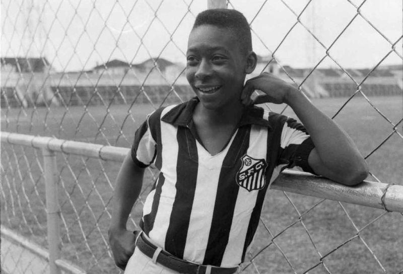 Un giovanissimo Edson Arantes do Nascimento con la maglia del Santos
