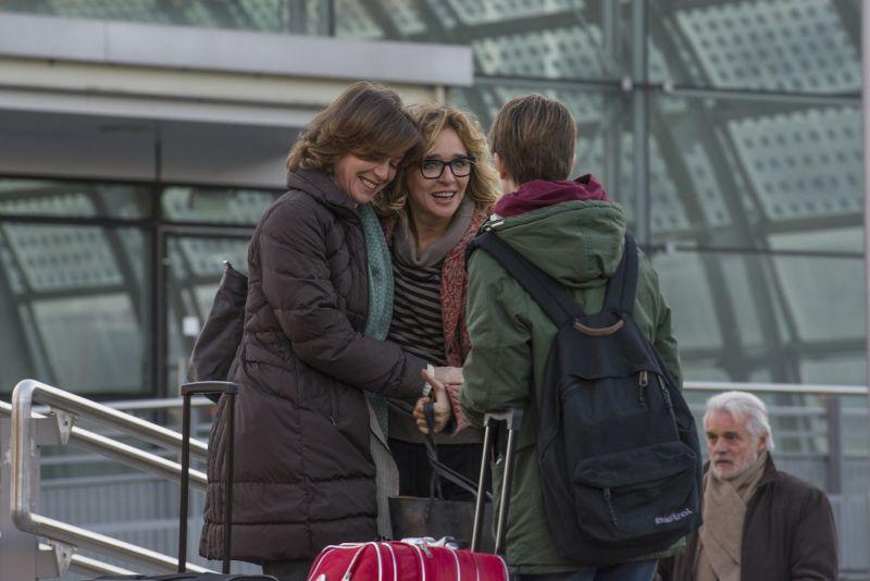 Carla (Valeria Golino) accoglie Anna e Valerio