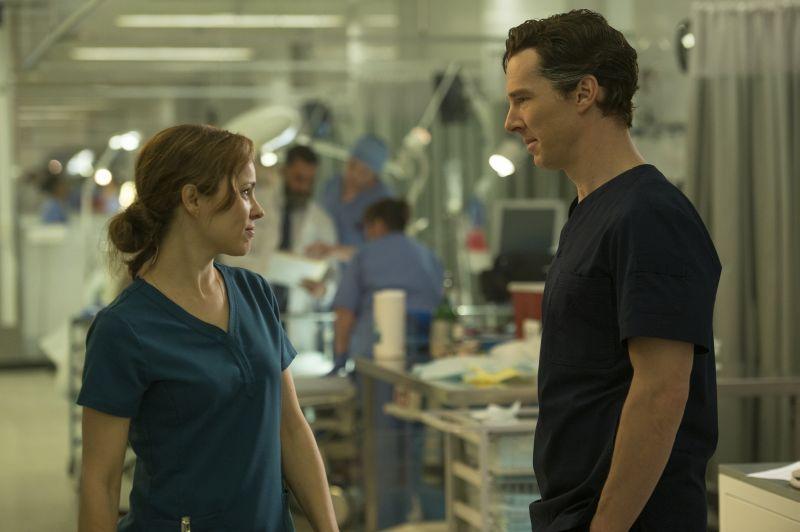 Rachel McAdams e Benedict Cumberbatch (Photo Credit: Jay Maidment..©2016 Marvel. All Rights Reserved.)