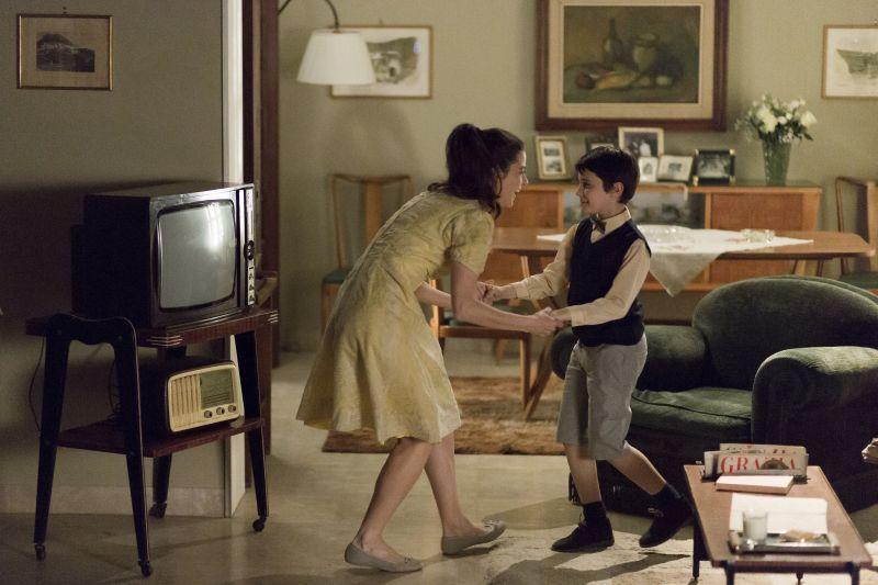 Il piccolo Massimo balla con la mamma